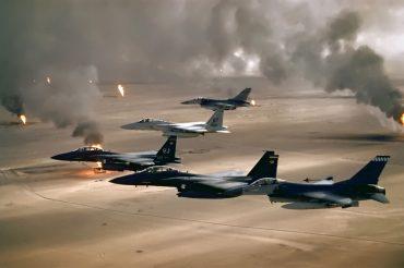 Cazabombarderos vuelan sobre incendios de petróleo kuwaitíesdurante la Operación Tormenta del Desierto en 1991