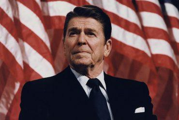 Ronald Reagan con bandera de fondo